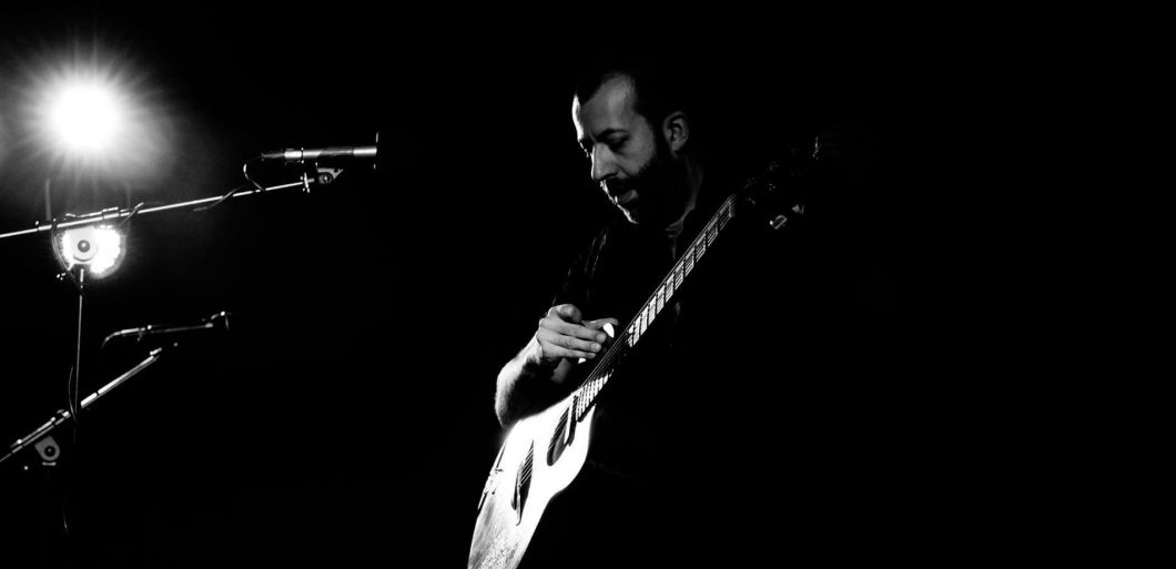 Multi skilled guitarist Jon Gomm tours